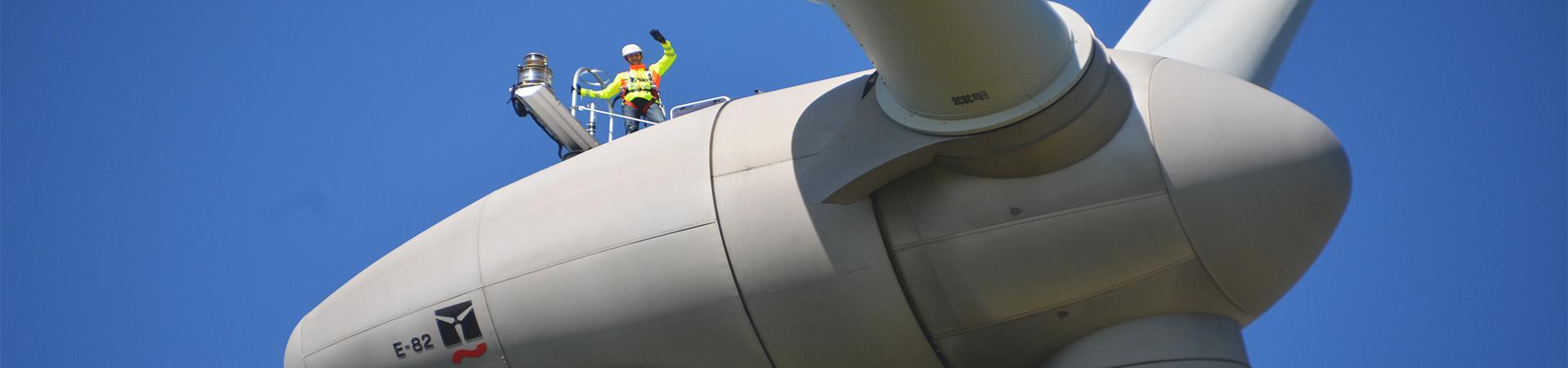 Ingenieur auf Windrad