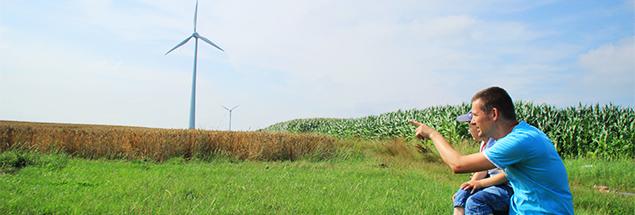 Vater erklaert Sohn Windenergie