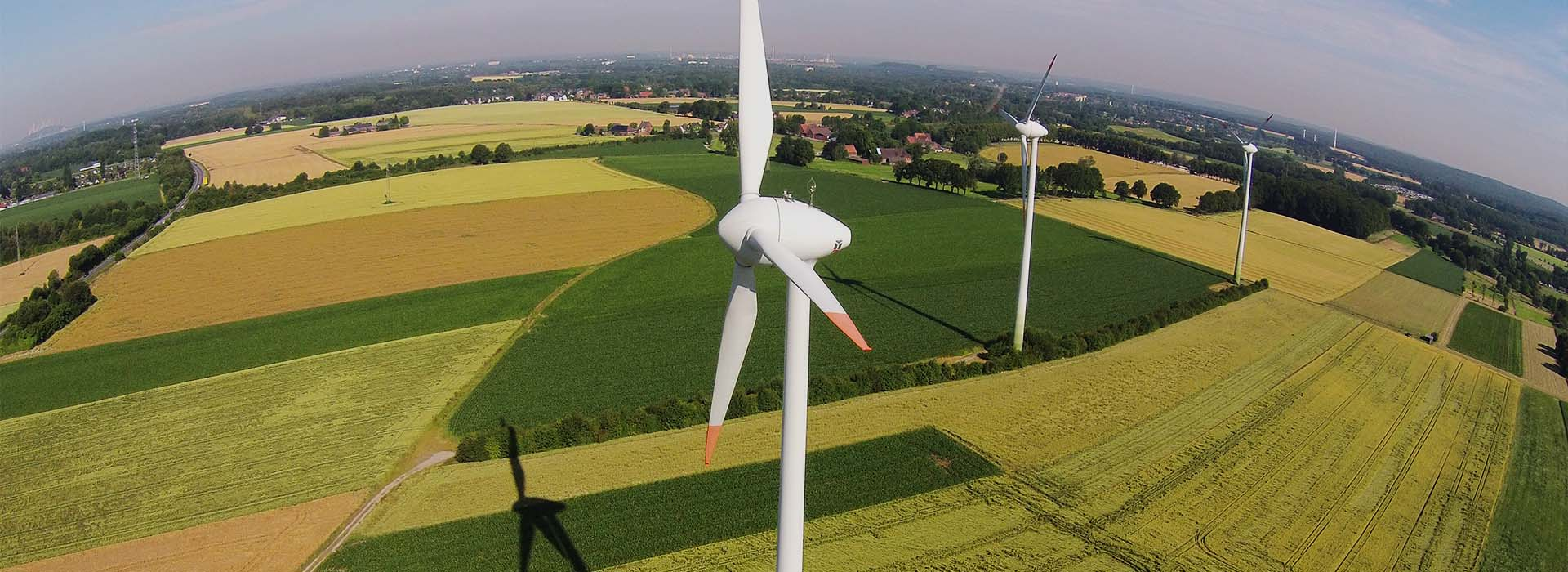 Frontansicht und Landschaft Windpark