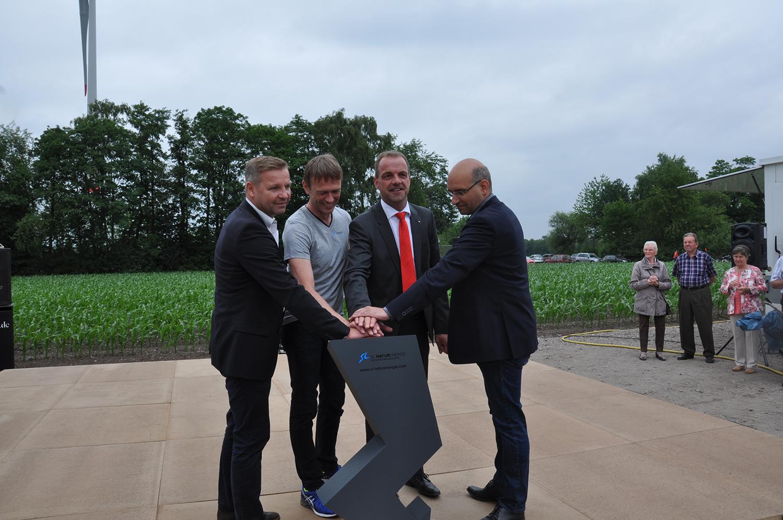 Mike Rexforth (Bürgermeister Schermbeck), Klaus Schulze Langenhorst (Geschäftsführer SL NaturEnergie), Jens Ostermann-Schelleckes (Niederrheinische Sparkasse Rhein Lippe), Michael Redeker (Vorstand Schermbecker Energiegenossenschaft eG)