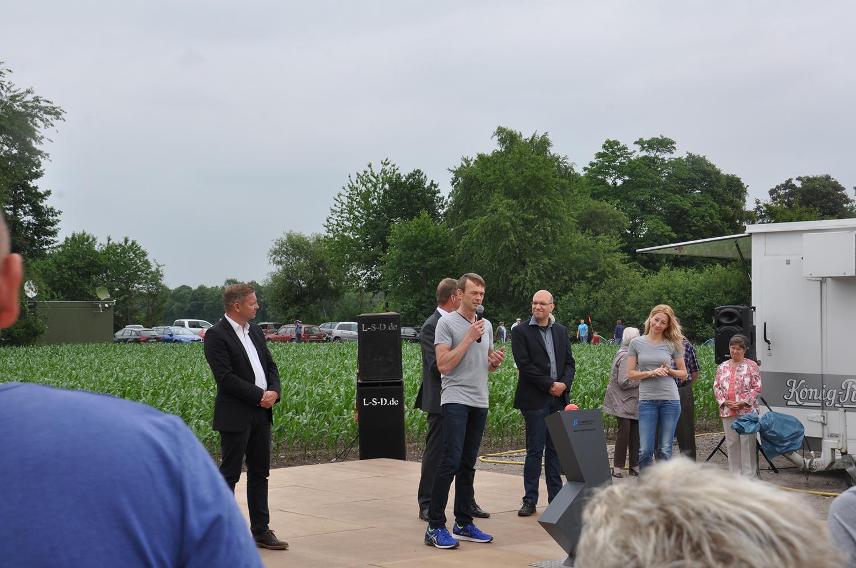 Klaus Schulze Langenhorst begrüßt die Gäste des Windfestes in Schermbeck.