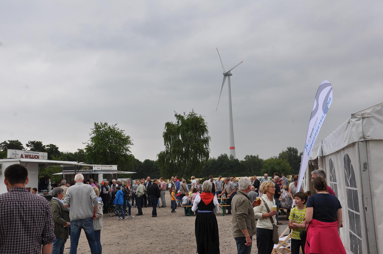 An die 300 Gäste besuchten das Windfest zur symbolischen Inbetriebnahme des SL Windpark Lühlerheim.